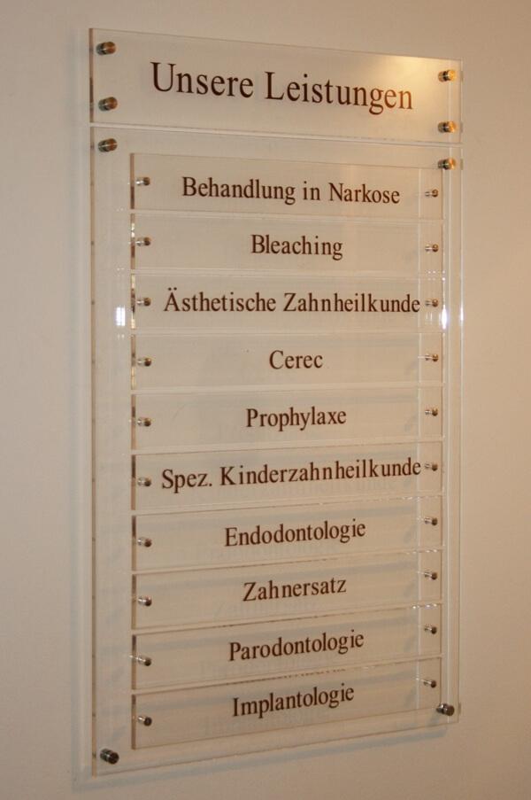 Acrylglas-Schild transparent mit Beschriftung für Arztpraxis in Wedel