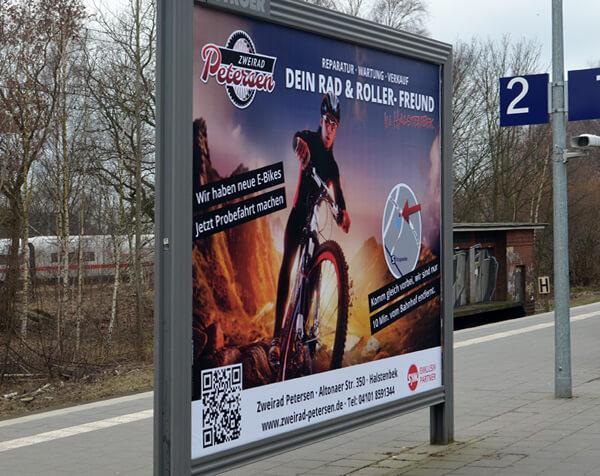 Bahnhof-Werbung an Plakat-Wand