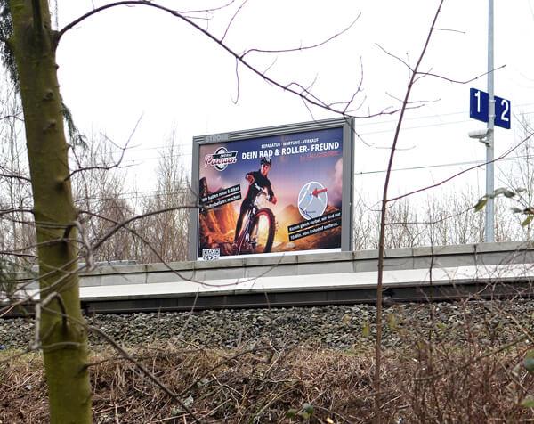 Großflächenplakat - Plakatwerbung am S-Bahnhof