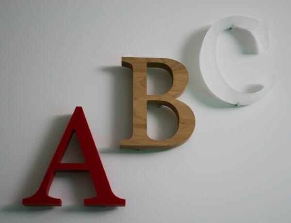 Werbetechnik - Fräsbuchstaben, Beschilderungen und Folierungen