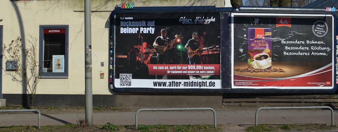 Plakatwand mit Großflächenplakat für Rockband
