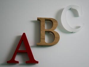 Fräsbuchstaben aus PE, Holz und Acrylglas