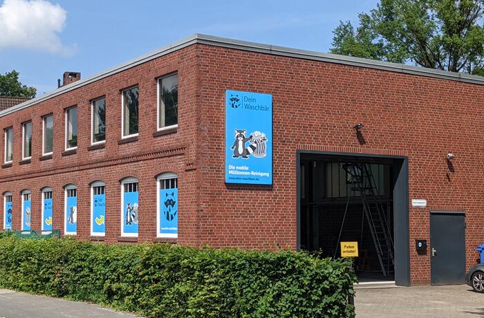 Aluverbund-Werbeschild 1.500mm x 2.520mm an Fassade